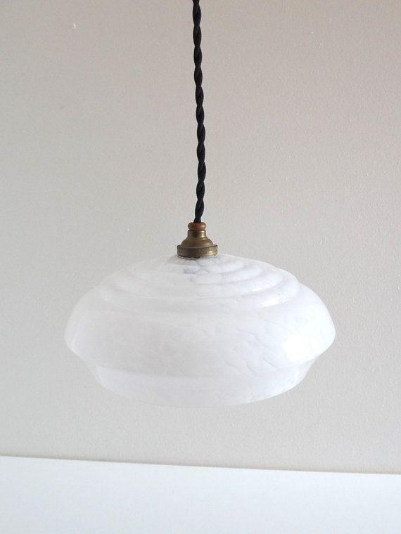 Suspension vintage Art déco constituée dun globe en verre type