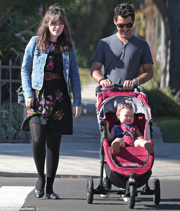 Zooey Deschanel Enjoys A Morning Stroll With Her Husband And Daughter Zooey Deschanel Style New Girl Style Cute Maternity Outfits