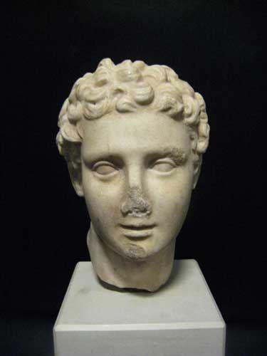 알렉산더 대왕은 마케도니아 왕국의 필립 2세의 아들로, 고대 세계에서 가장 중요한 역사적 인물입니다. 이 조각 작품은 성인이 되기 전 소년 모습(16-18세)의 알렉산더 대왕을 나타낸 것으로, 얼굴은 분명 앳띤 모습이지만 입술이 도드라지고, 강렬한 턱이 있으며 잘 본떠진 눈으로 묘사되고 있습니다. 머리카락은 짧지만 화려한 곱슬머리로 조각되었습니다. 인물 묘사에 반영된 장식은 헬레니즘의 영향을 받은 것입니다. <헬레니즘 스타일 알렉산더대왕 대리석 두상 Hellenistic Marble Head of Alexander the Great>, 300-100BC, Marble, Mediterranean, LK.016 (edited by Koo)