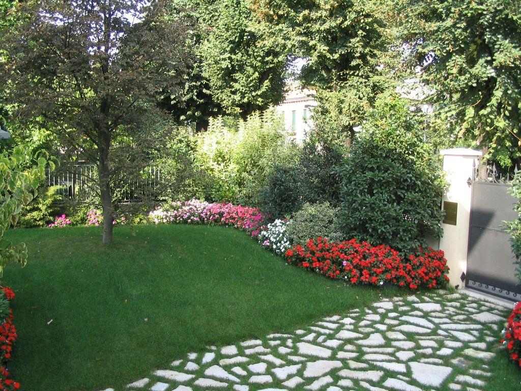 Progetto piccolo giardino con fioriture stagionali verde - Progetto per giardino ...