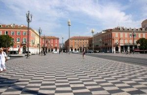 La place Masséna de Nice, avec son sol en damier géant