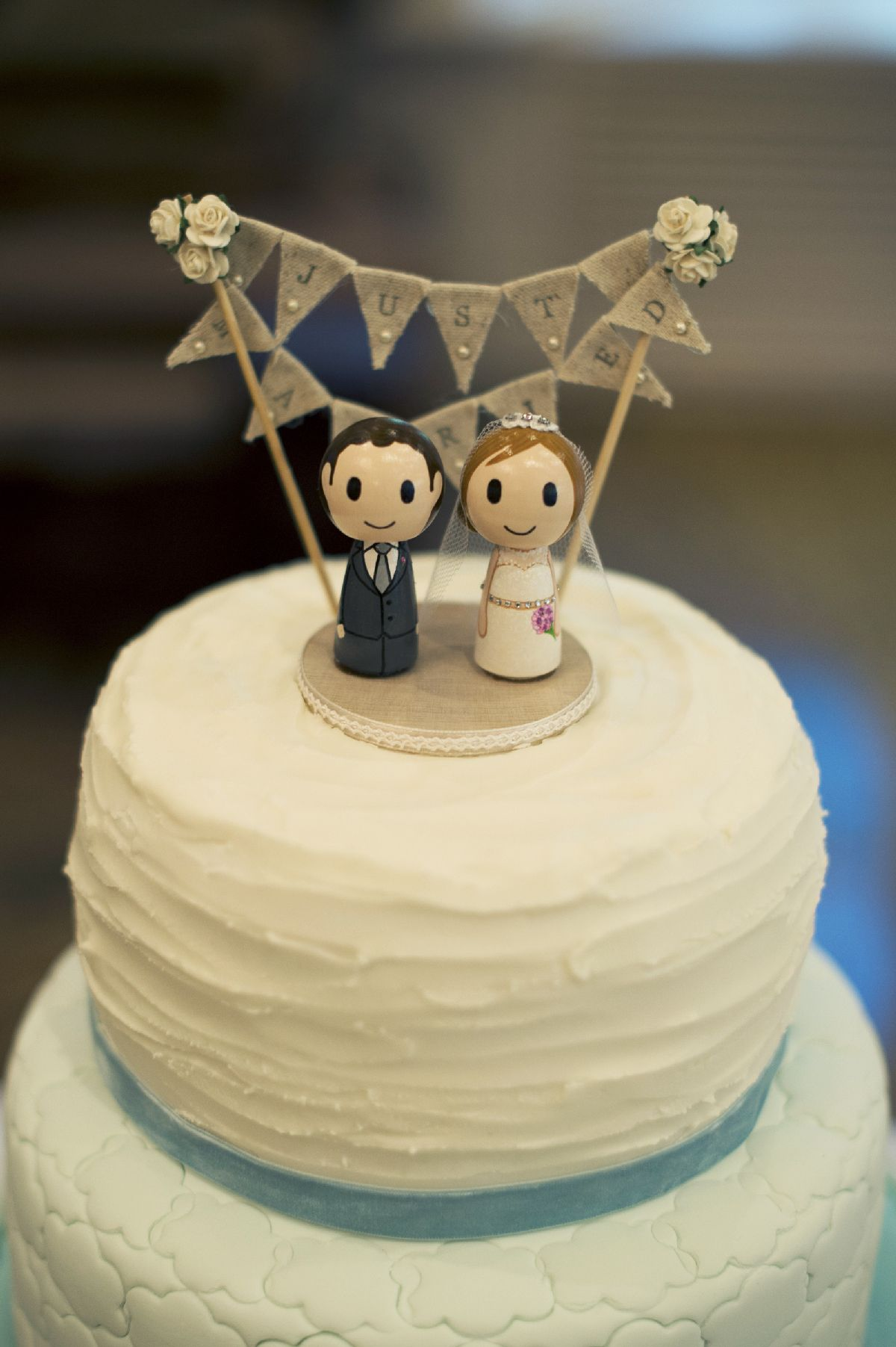 Simple wedding cake for A beautiful and whimsical forest wedding | itakeyou.co.uk