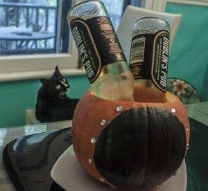 Tableau noir sur une citrouille pour inscrire le nombre de jours restants avant Halloween