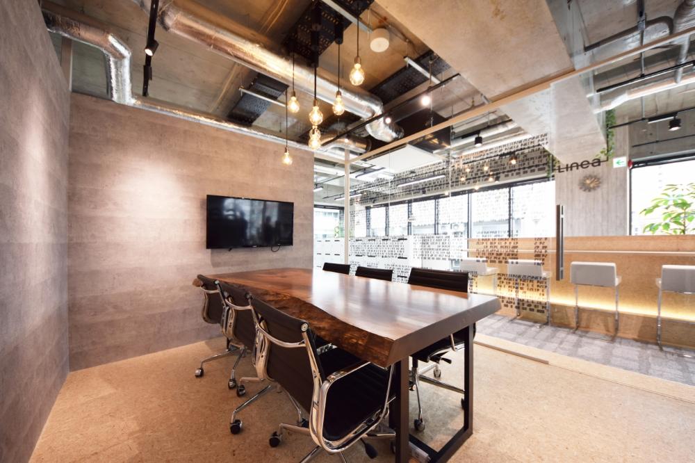 ガラスに囲われた会議室 スケルトン天井で開放感溢れるオフィス デザイナーズオフィスのヴィス 会議室 コンクリート