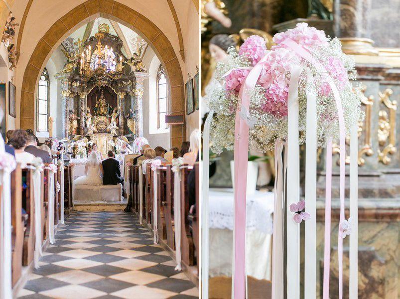 Kirchenschmuck mit blumen in rosa und wei und mit b ndern for Dekoration hochzeit kirche