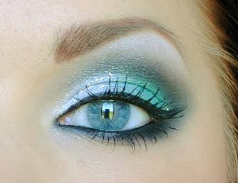 Aqua Makeup Ou même disposition de dégrades ( clair pailleté + couleur + ombre) avec une autre couleur (beige brun / mauve prune / vert clair à émeraude ou kaki)