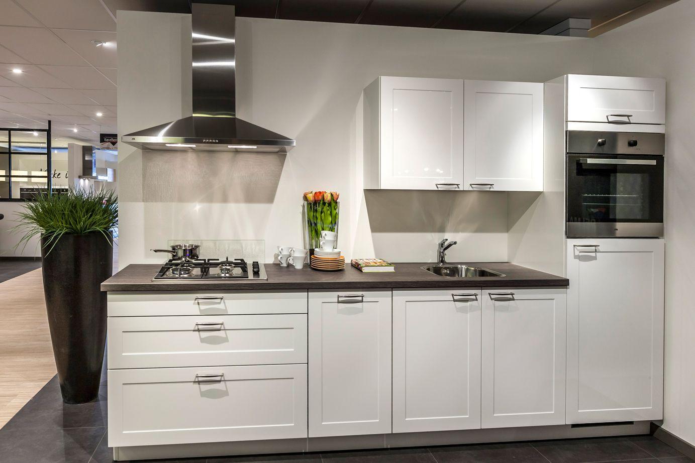 Witte keuken strakke materialen maken het db keukens keuken
