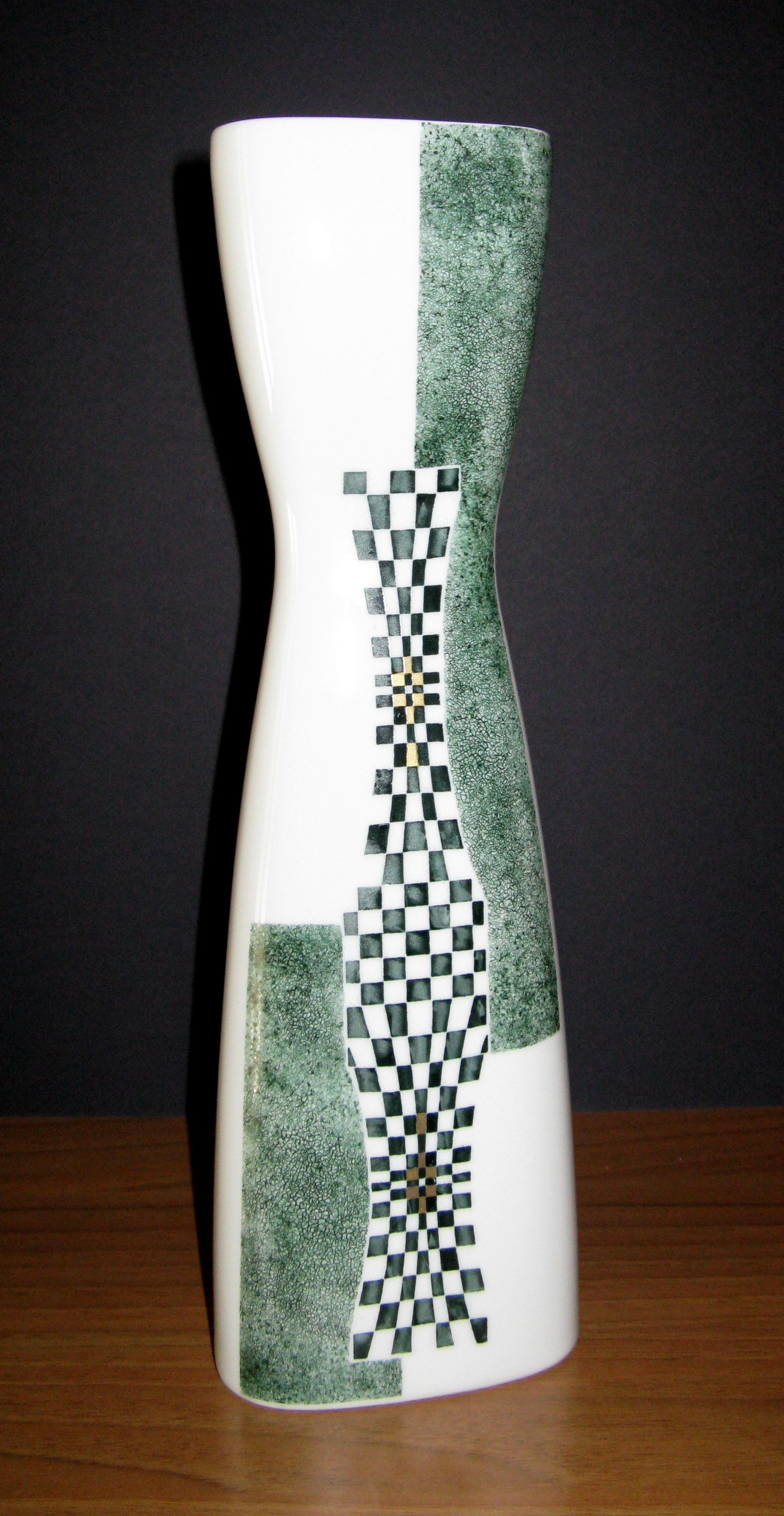 Bottega #Costantini, oggi. Vaso in #ceramica con incisione verde. Bottega Costantini, today, #ceramic #vase with engraved green.