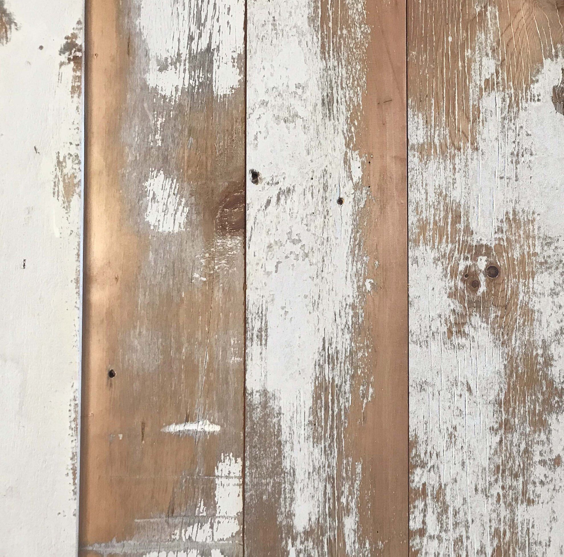 発売準備が整った古材の化粧板オールドパインボードのホワイト バージョンです 什器の側面 腰壁 壁面 天井 様々な使用が可能です 樹種はパインです 厚15mm均一 幅152mm均一なので どなたでも使いやすいサイズです シャビーシックな空間に会う古材の