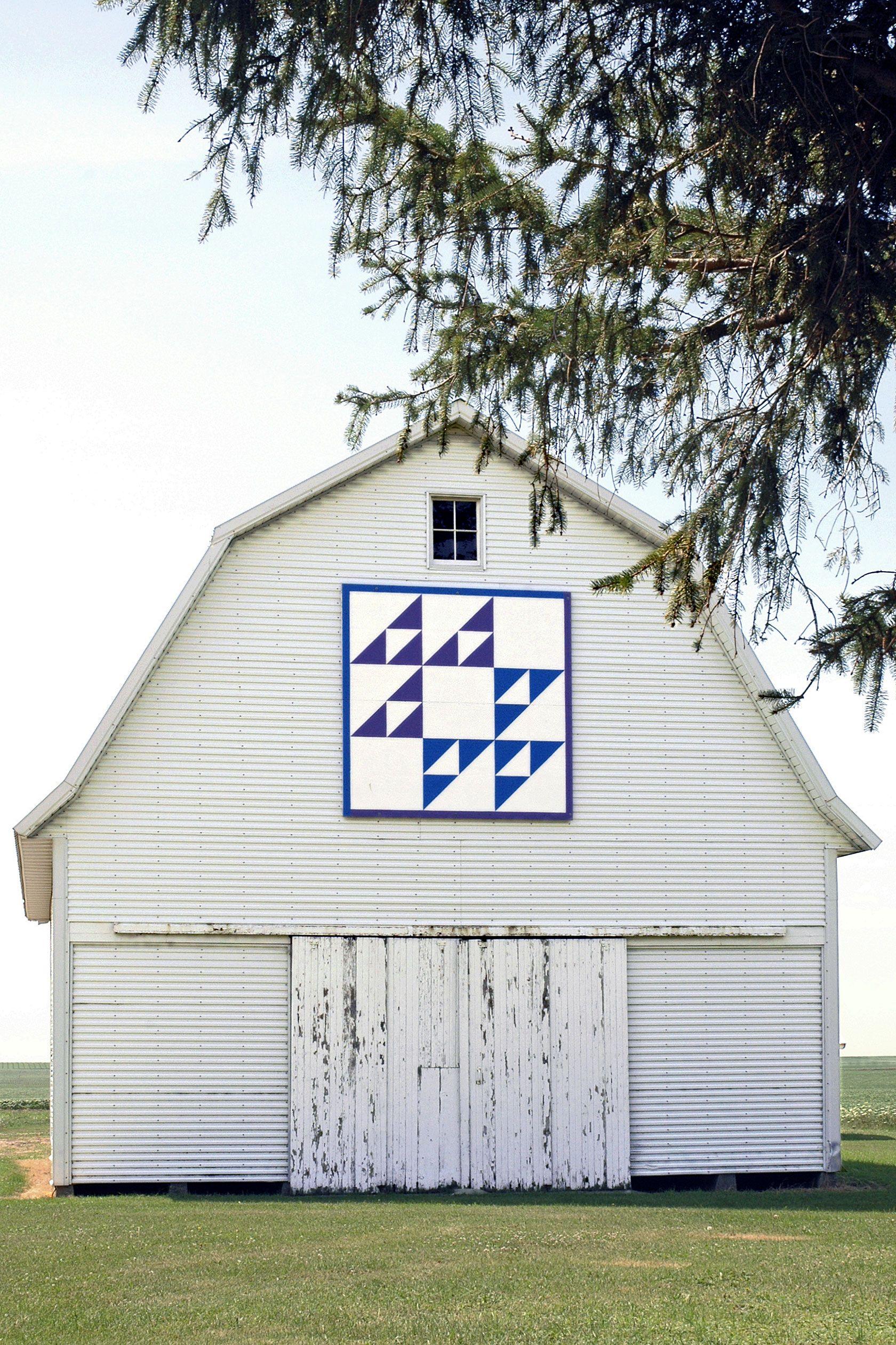 """Cat's Cradle""barn quilt on old corn crib in Holland, Iowa"
