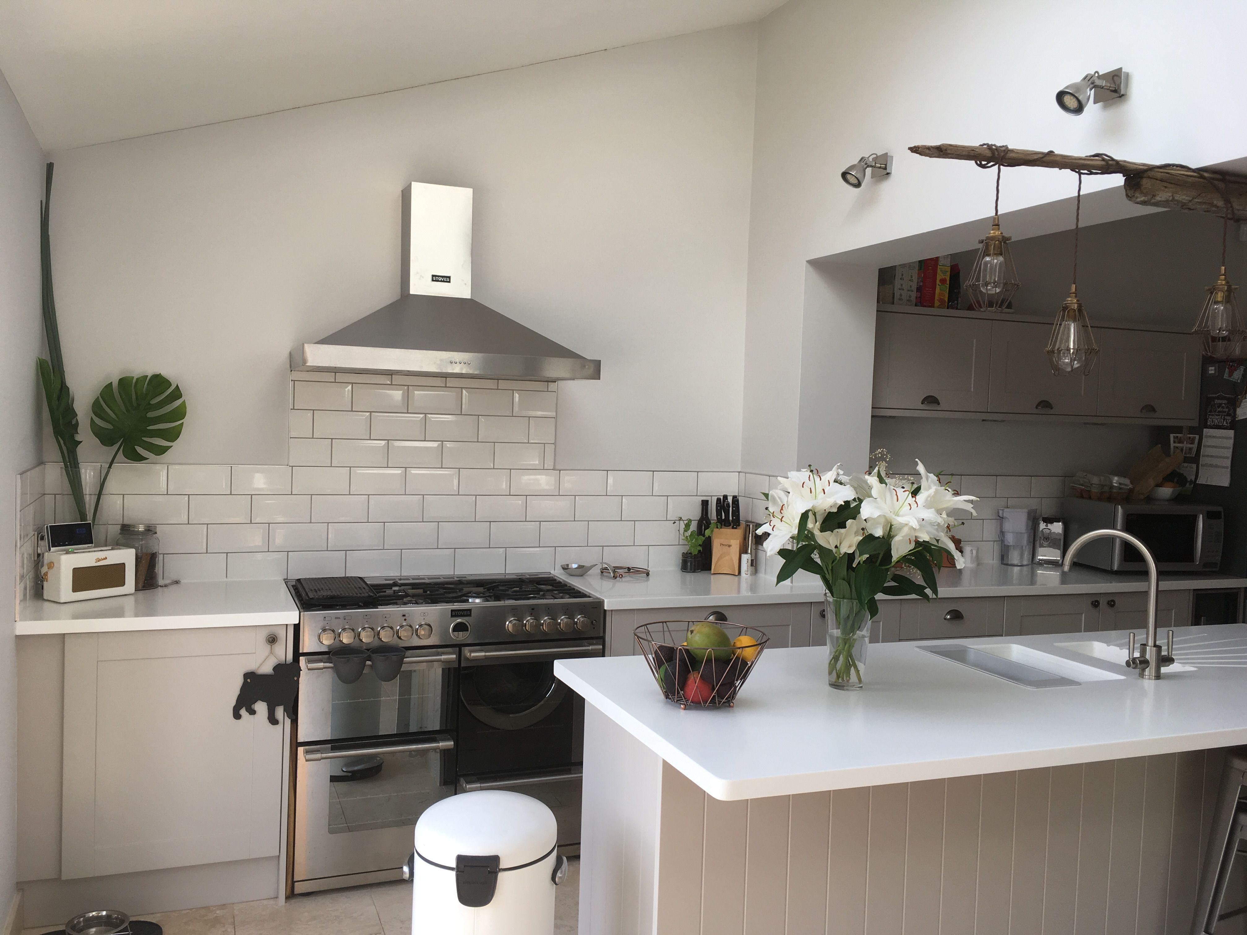 Howdens Burford Stone Kitchen With A White Corian Worktop White - Howdens cuisine