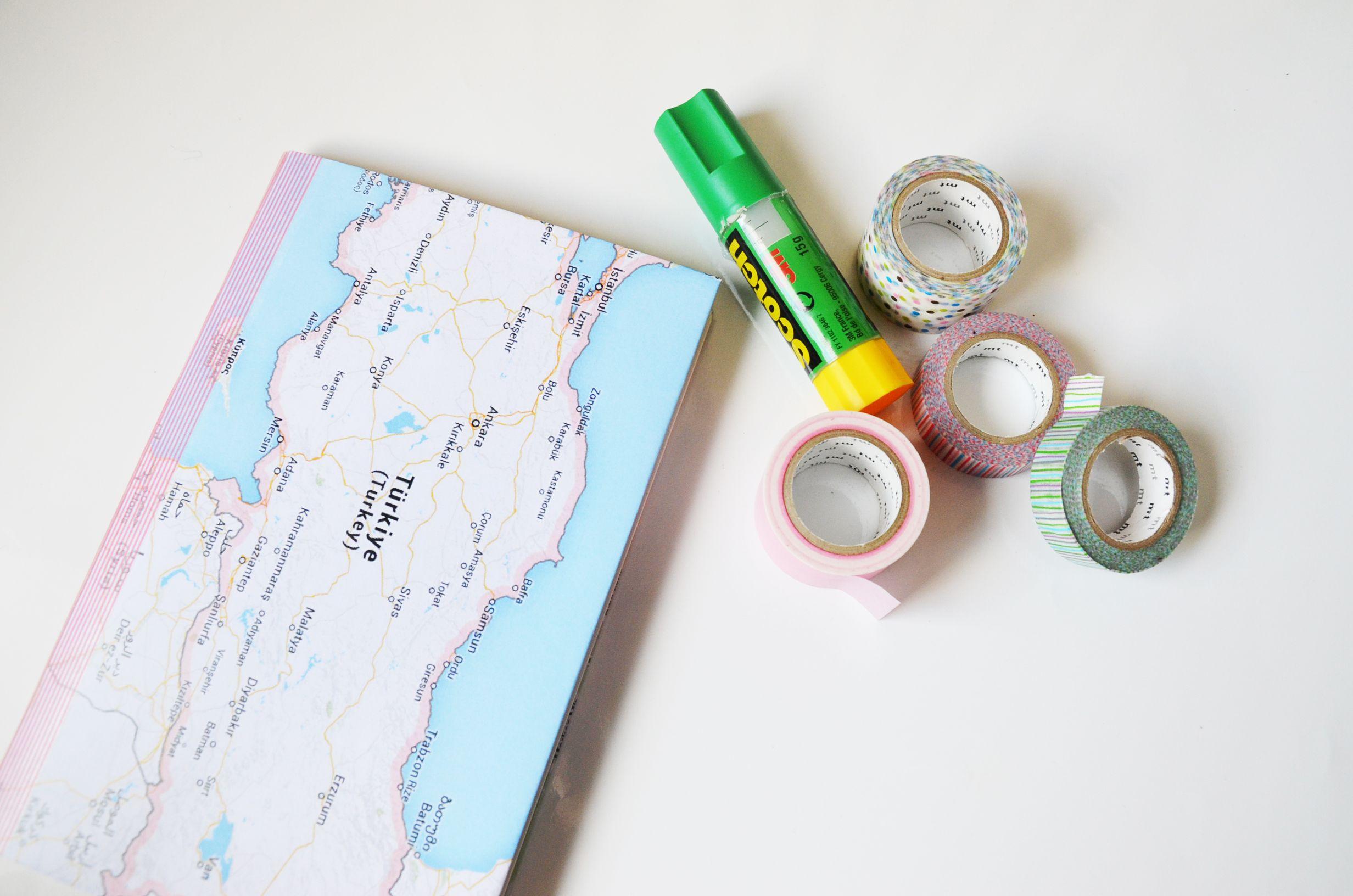On vous propose un DIY pour réaliser un Carnet Photo de voyage ! Personnaliser votre carnet avec des cartes et du masking tape.