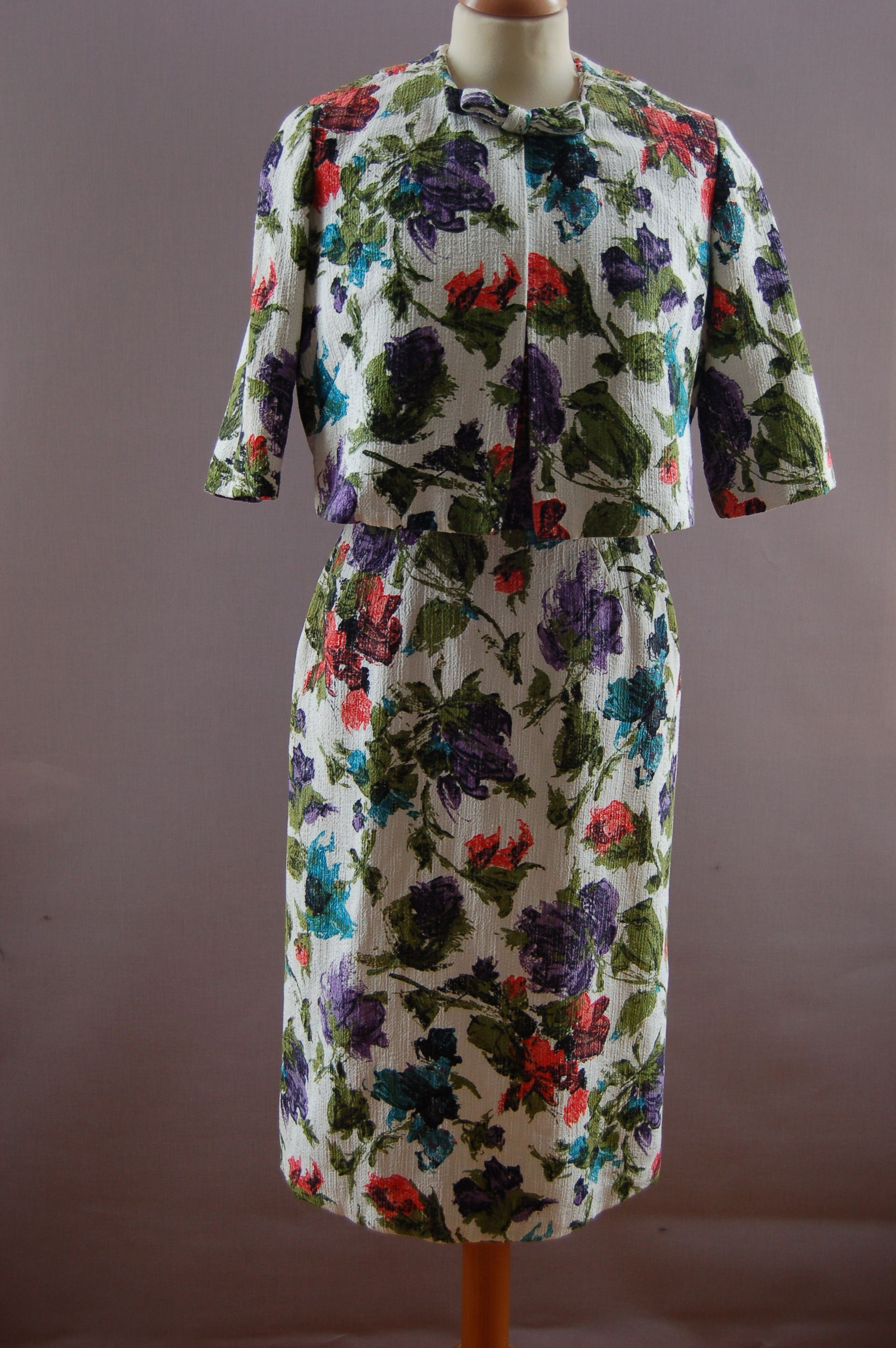 Maison de Vries: Cocktailensemble; jurk en jasje van grof wit linnen met bloemenprint (1960E005)