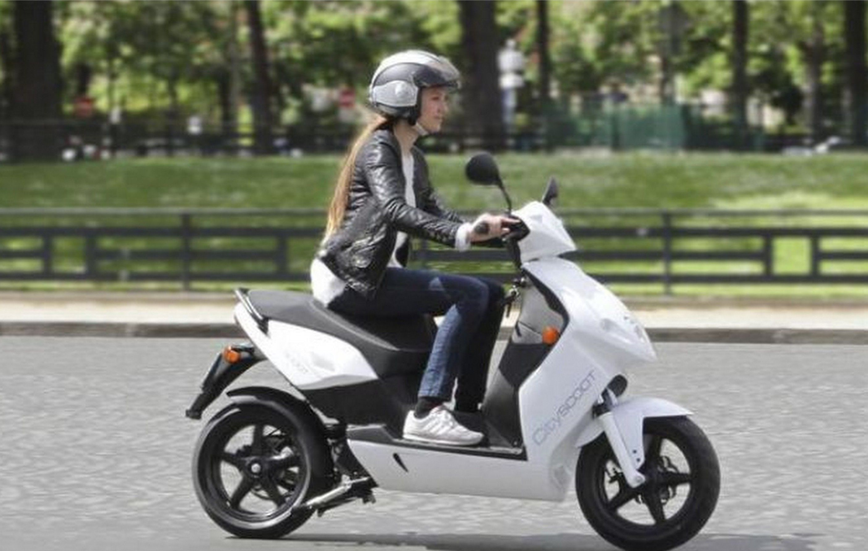 Private service Cityscoot (rental electric scooters) will become available for locals and visitors of Paris in June!