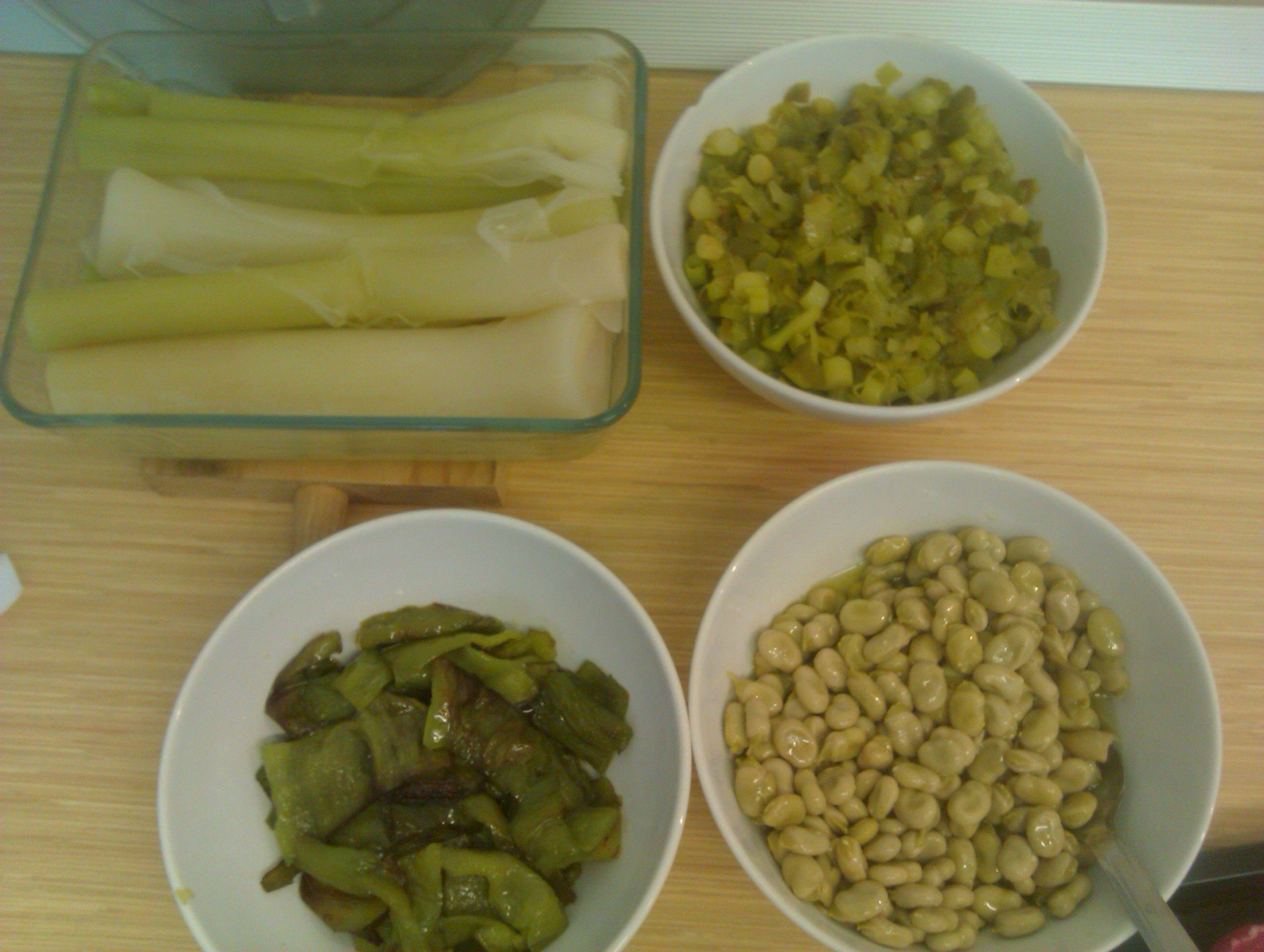 Verduritas: puerros cocidos y fritos, pimientos verdes fritos y habitas (material para otras cosas)