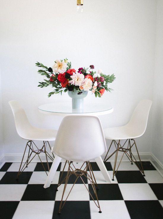 La mesa de comedor y sus sillas Eames en blanco se ven muy lindas con una rama de flores  Comedores  Dining Rooms  Home Decor White dining