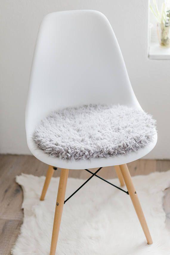 du bist auf der suche nach einer individuellen sitzauflage fr deinen geliebten eames chair dieses kissen aus weichem kunstfell wird extra fr dich - Eames Chair Sitzkissen