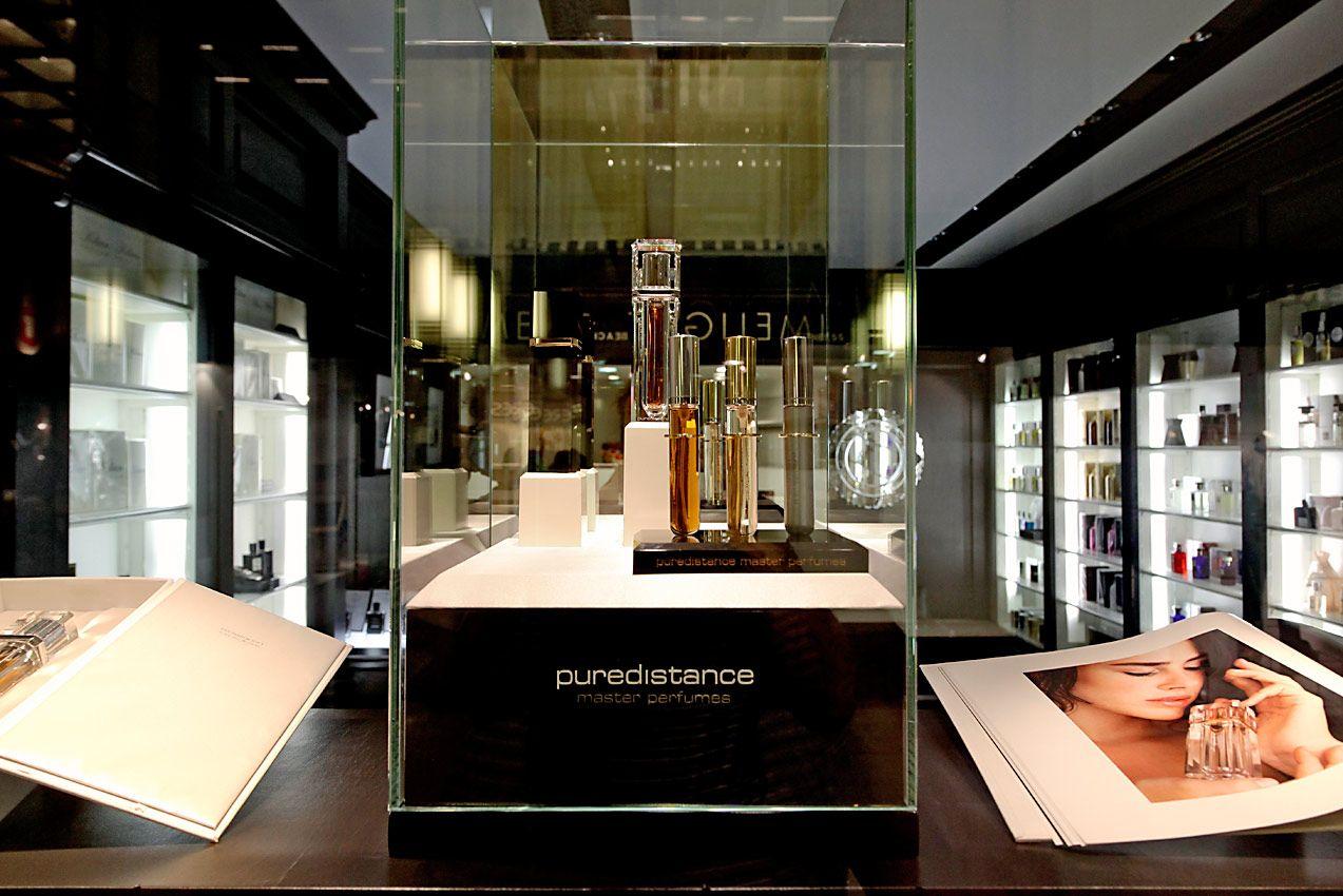 布鲁塞尔Absolut'ly 香水精品店的橱窗内展示着Puredistance 香水大师系列。