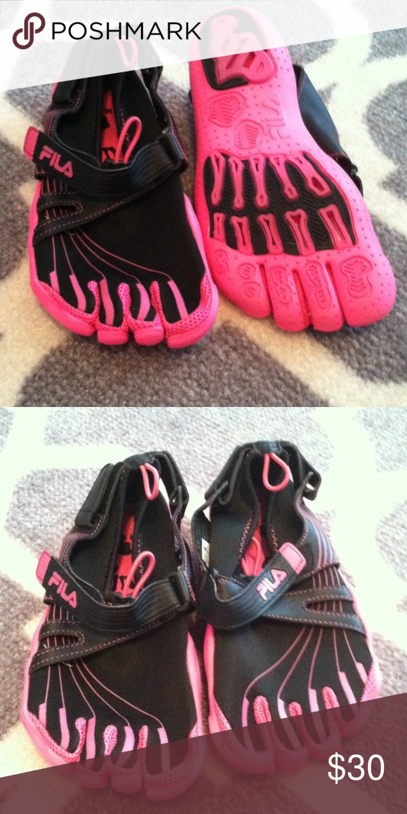 FILA Skeletoes. Brand new! black and pink FILA Skeletoes black and pink. Size 6. Brand new never worn. Fila Shoes Athletic Shoes