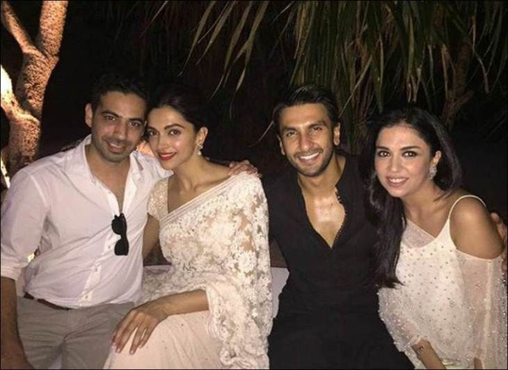 Deepika Padukone Plays With Baby At Her Best Friend S Wedding While Boyfriend Ranveer Singh Watches Her See P Ranveer Singh Bollywood Wedding Deepika Padukone