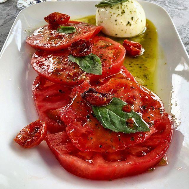 Tomate albahaca y mozzarella. . .  Tomate albahaca y mozzarella. . .
