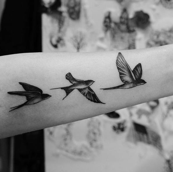 tatouage bras hirondelle tatouage pinterest tatouage bras hirondelle et tatouages. Black Bedroom Furniture Sets. Home Design Ideas
