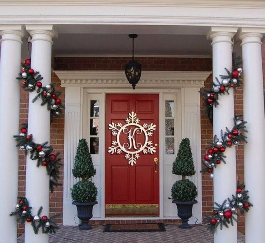 32 Amazing Christmas Porch Decorating Ideas To Make Your Outdoor More Beautiful In 2020 Front Porch Christmas Decor Christmas Porch Decor Christmas Door Decorations