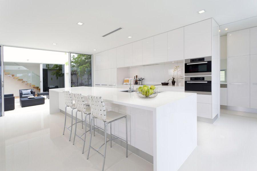 Cocina moderna, minimal. Decorada en tonos blancos. Iluminación con ...