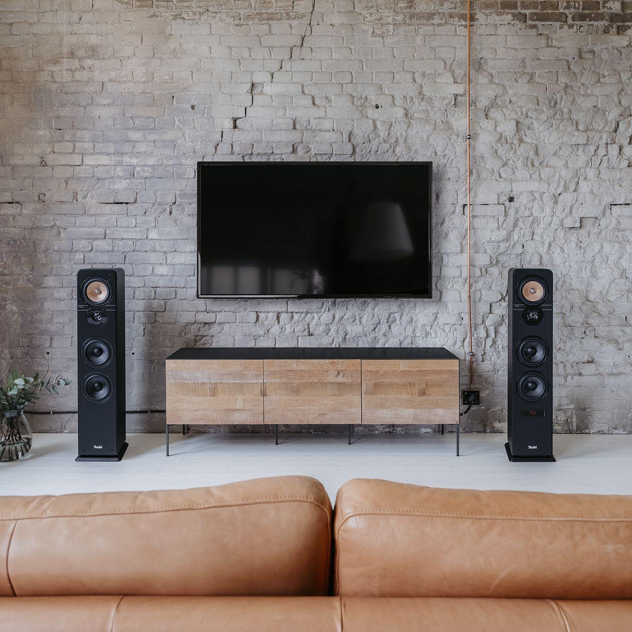 Aussen Legendar Innen Aktiv Die Neue Ultima 40 Aktiv Ist Da Dieses Aktive 3 Wege Lautsprecher Paar Der S Audio Room Home Music Rooms Living Room Sofa Design