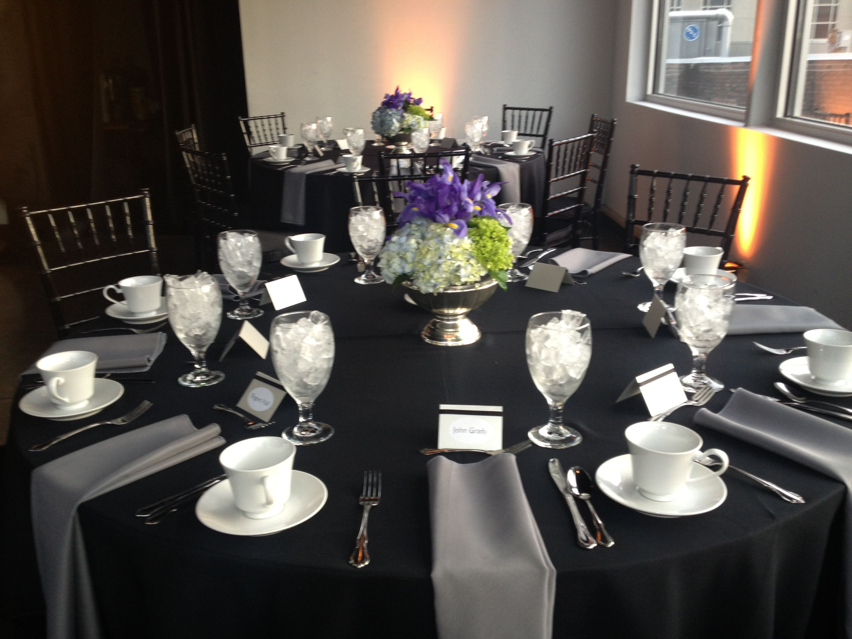 table setting for corporate event table settings table settings rh pinterest com