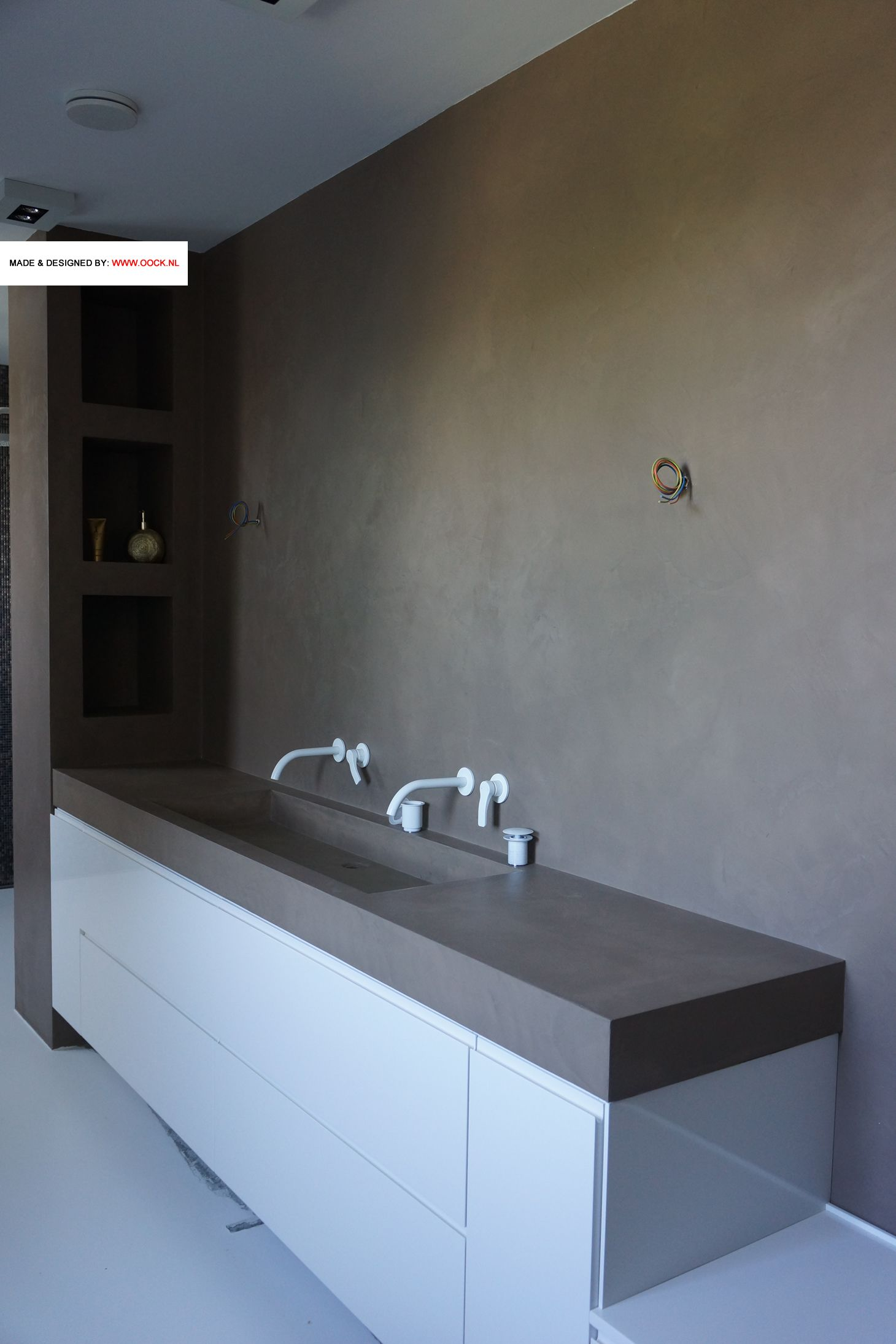 badkamermeubel met betonciree wand meubel gespoten in kleur naar
