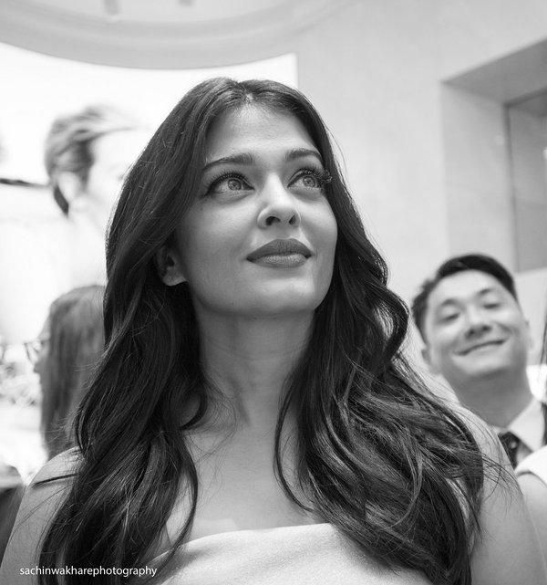 Gorgeous Aishwarya Rai Bachchan Stuns at a Store Launch in Sydney! Aishwarya Rai Bachchan surely knows how to set the temperatures soaring! The actress left us stunned with her appearance at the store launch of a watch brand that she endorses, today in Sydney.   Dressed in a off-shoulder grey gown, Aishwarya looked breathtakingly beautiful as she arrived for the event. The lady, as expected was mobbed by fans in Sydney, and also obliged a few with pictures.   We are loving Aishwarya's chic…