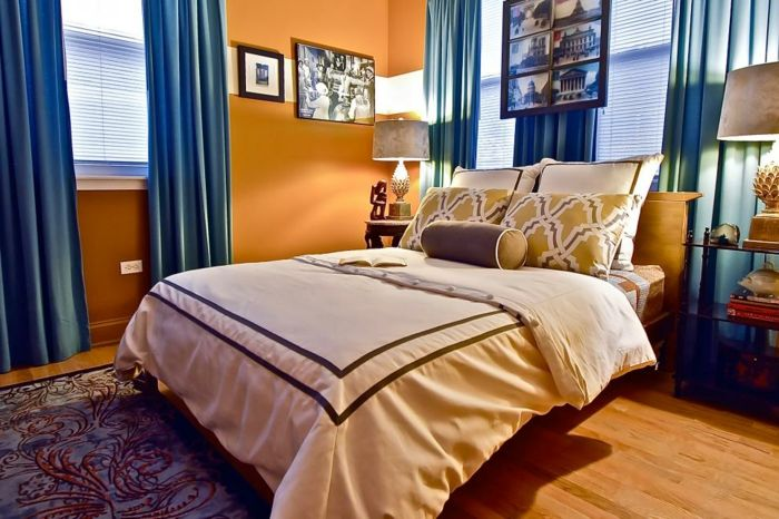 Schlafzimmer Einrichtung in Apricot und Blau, blaue Vorhänge - wandfarben trends schlafzimmer