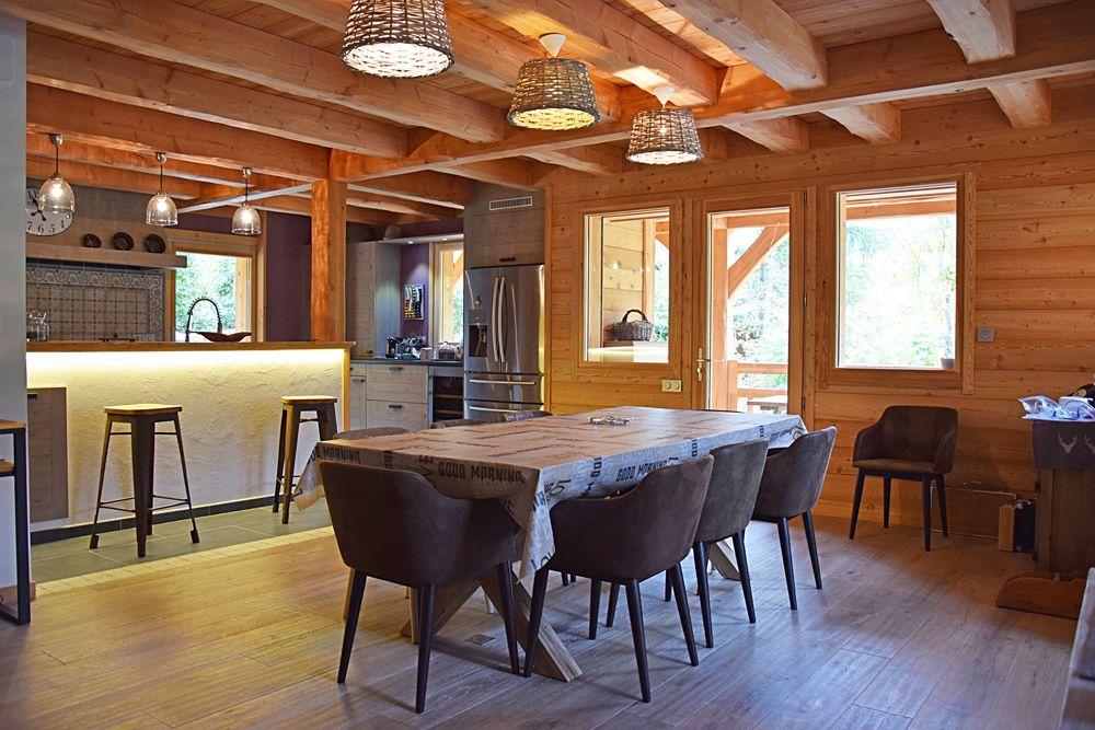 chalet lombard vasina salle manger cuisine un espace chaleureux dont le solivage massif. Black Bedroom Furniture Sets. Home Design Ideas