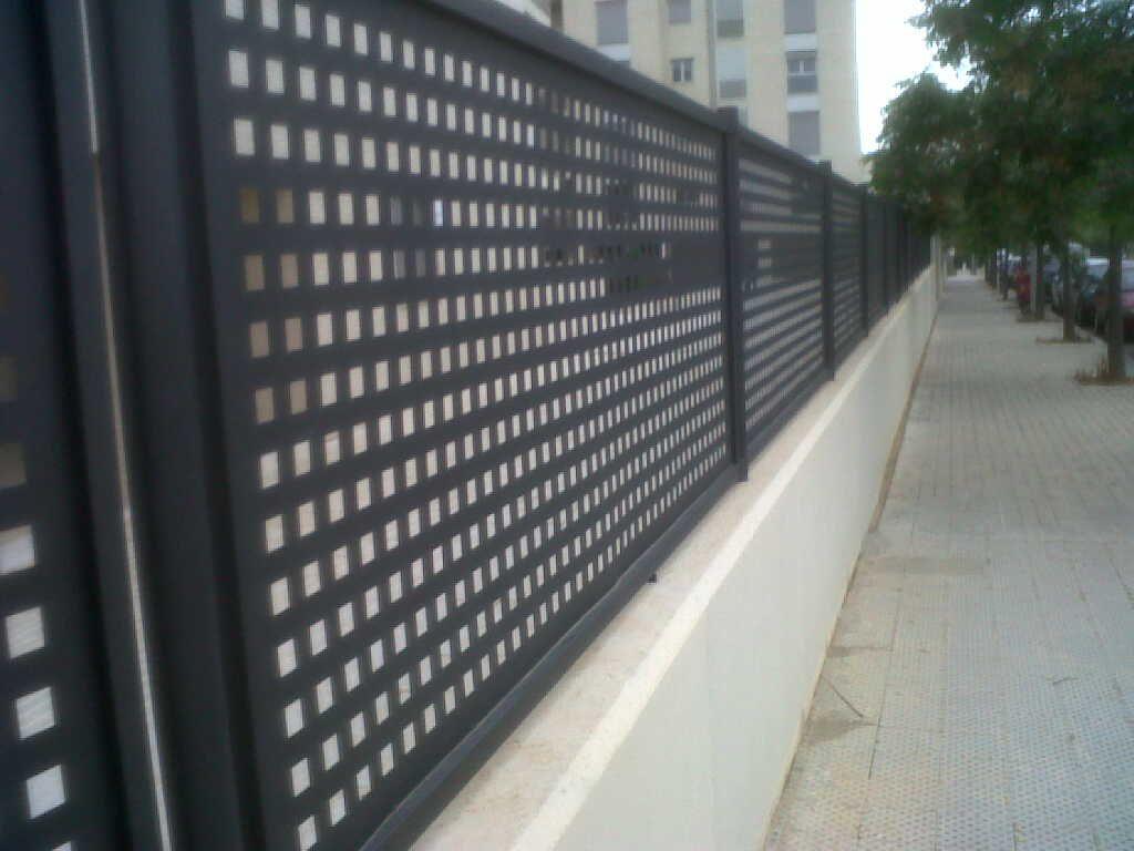 Verja residencial de chapa perforada www - Chapa de hierro ...