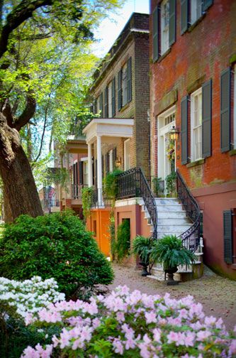 A Walking Stroll Through The Neighborhoods Of The Savannah Historic District Will Let You Enjoy Beauty Savannah Chat Savannah Historic District Visit Savannah
