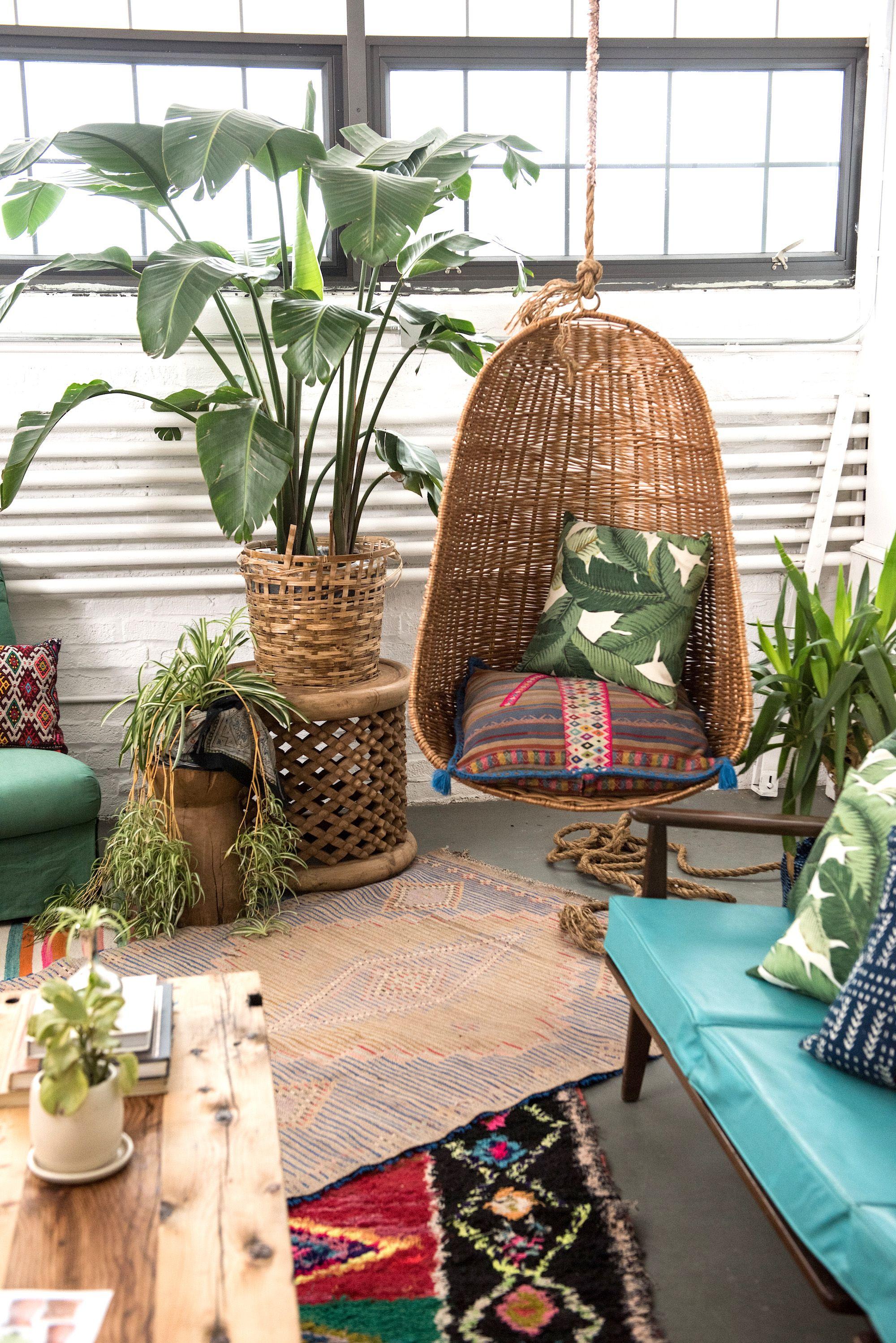 ambiance vintage et bucolique avec fauteuil suspendu canap et plantes vertes vintage. Black Bedroom Furniture Sets. Home Design Ideas