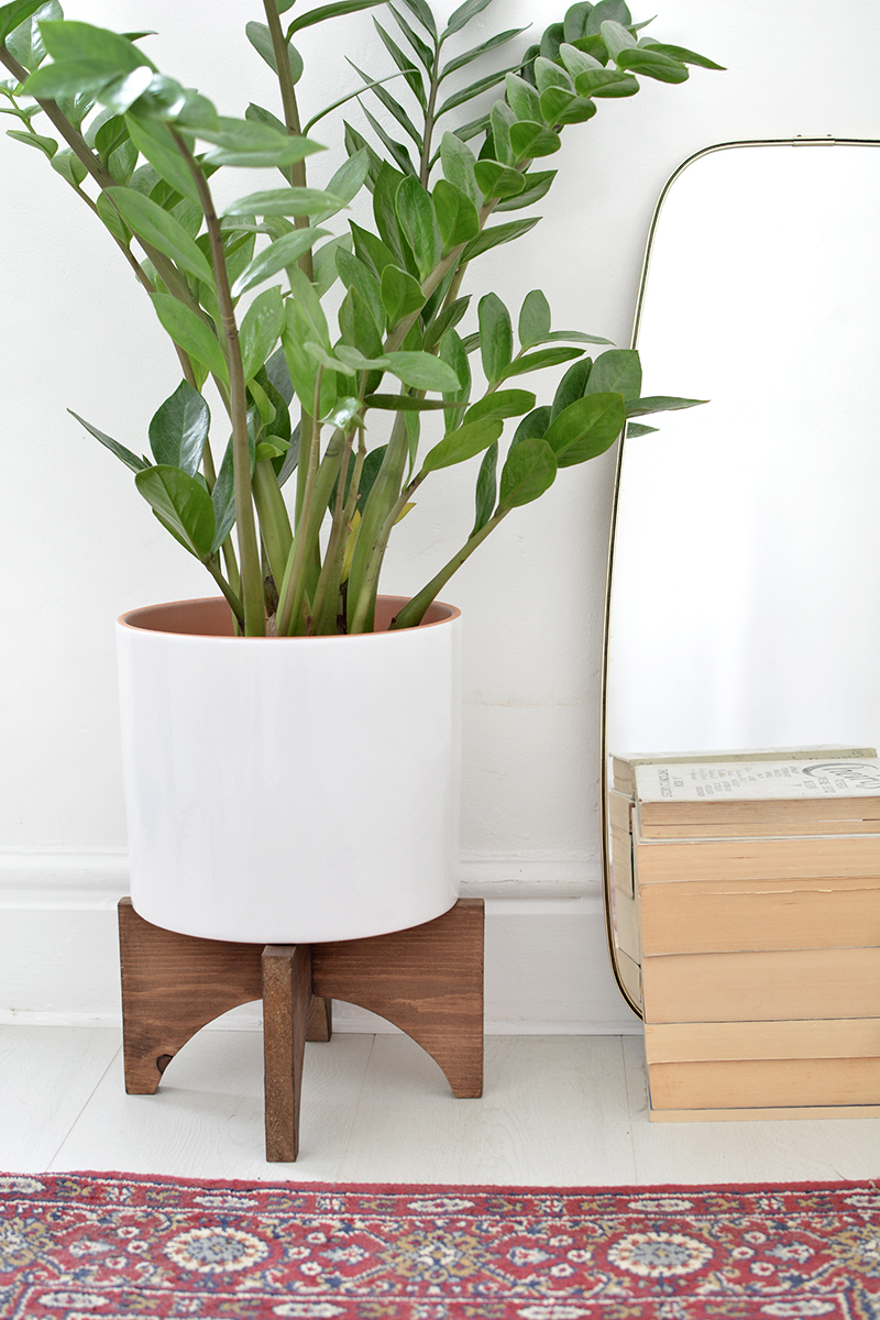DIY mid century plant stand is part of Diy plants, Plant stand indoor, Diy plant stand, Wooden plant stands, Plant stand, Wood plant stand - DIY modern plant stand