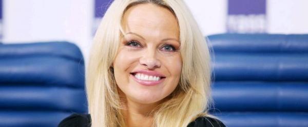 Pamela Anderson Undang Presiden Prancis ke Restorannya