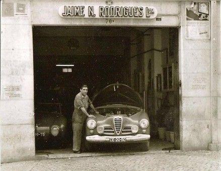 Jaime Rodrigues na sua garagem onde preparava automóveis para competição