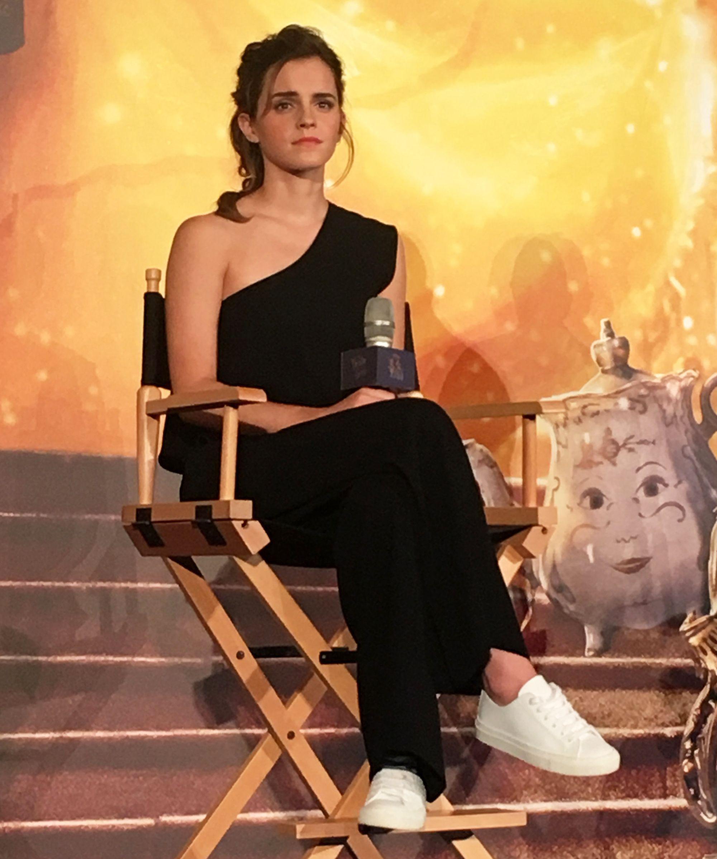 Emma Watson vous fera voir des baskets blanches sous un nouveau jour   – Celebrities
