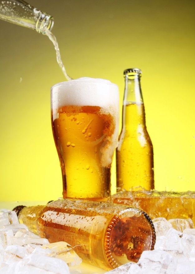La cerveza se vierte en un vaso Foto gra... | Free Photo #Freepik #freephoto #fiesta #luz #cerveza #salpicadura