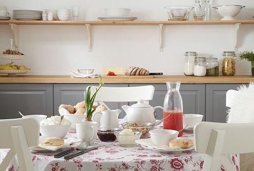 Klassiset valkoiset VARDAGEN-astiat sopivat moneen sisustukseen. Kuvassa pöytään on katettu aamupala tee- ja maitokannuineen.