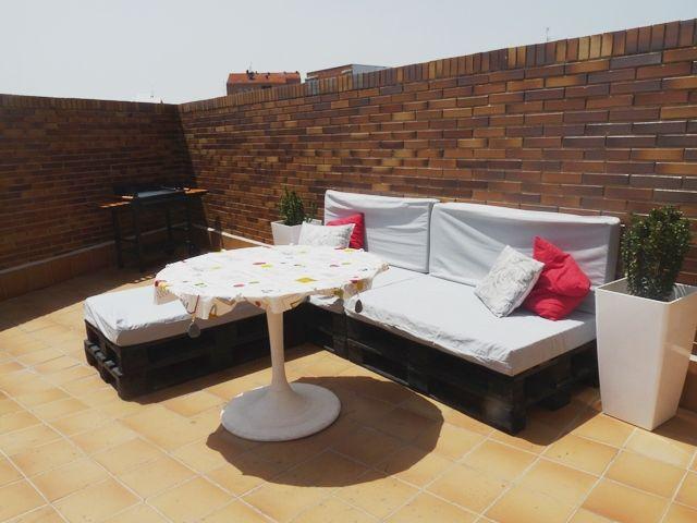 una terraza con palets y cajas de frutas x4duroscom - Terraza Con Palets