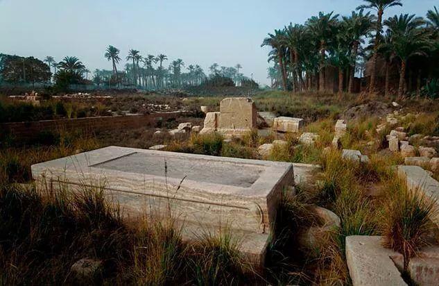 Ruinen des Balsamierungshauses der Heiligen Apis Stiere in Memphis