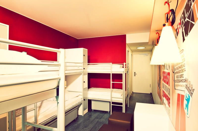 Pin de Pedro Pezzin em Hostel bedrooms