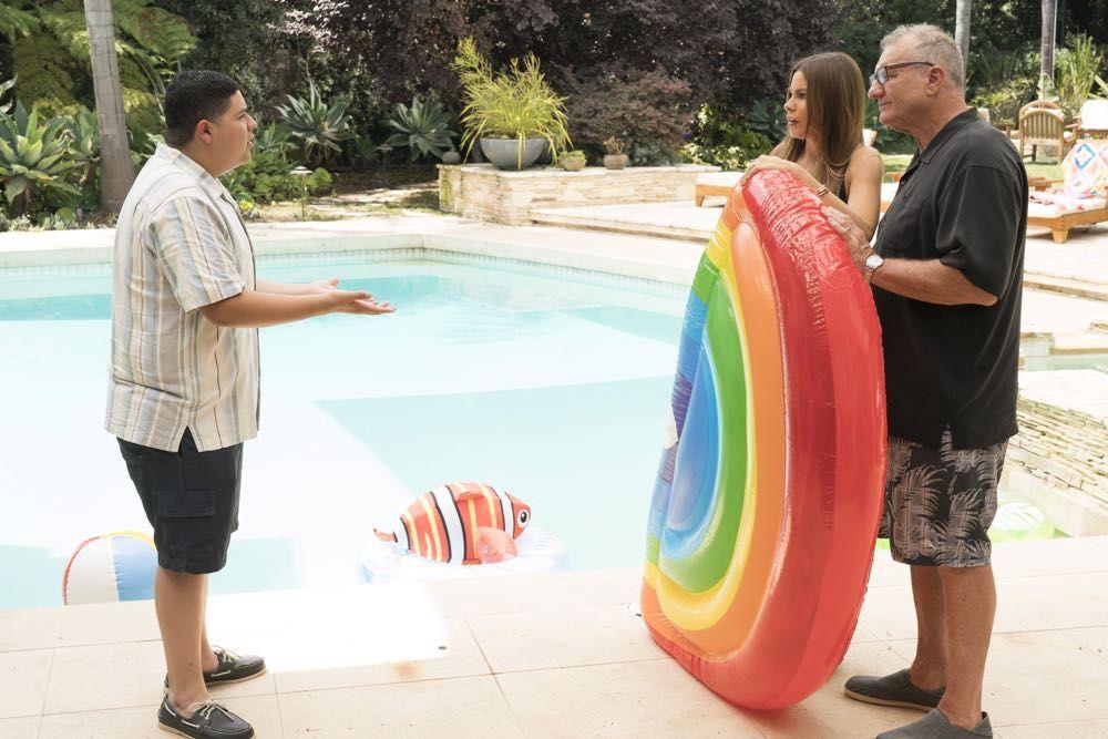Modern Family Season 10 Episode 2 Photos Kiss And Tell Seat42f In 2020 Modern Family Modern Episode