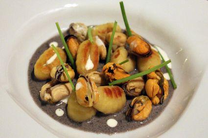 Gnocchis poêlés à la crème de sésame noir, moules et ciboulette
