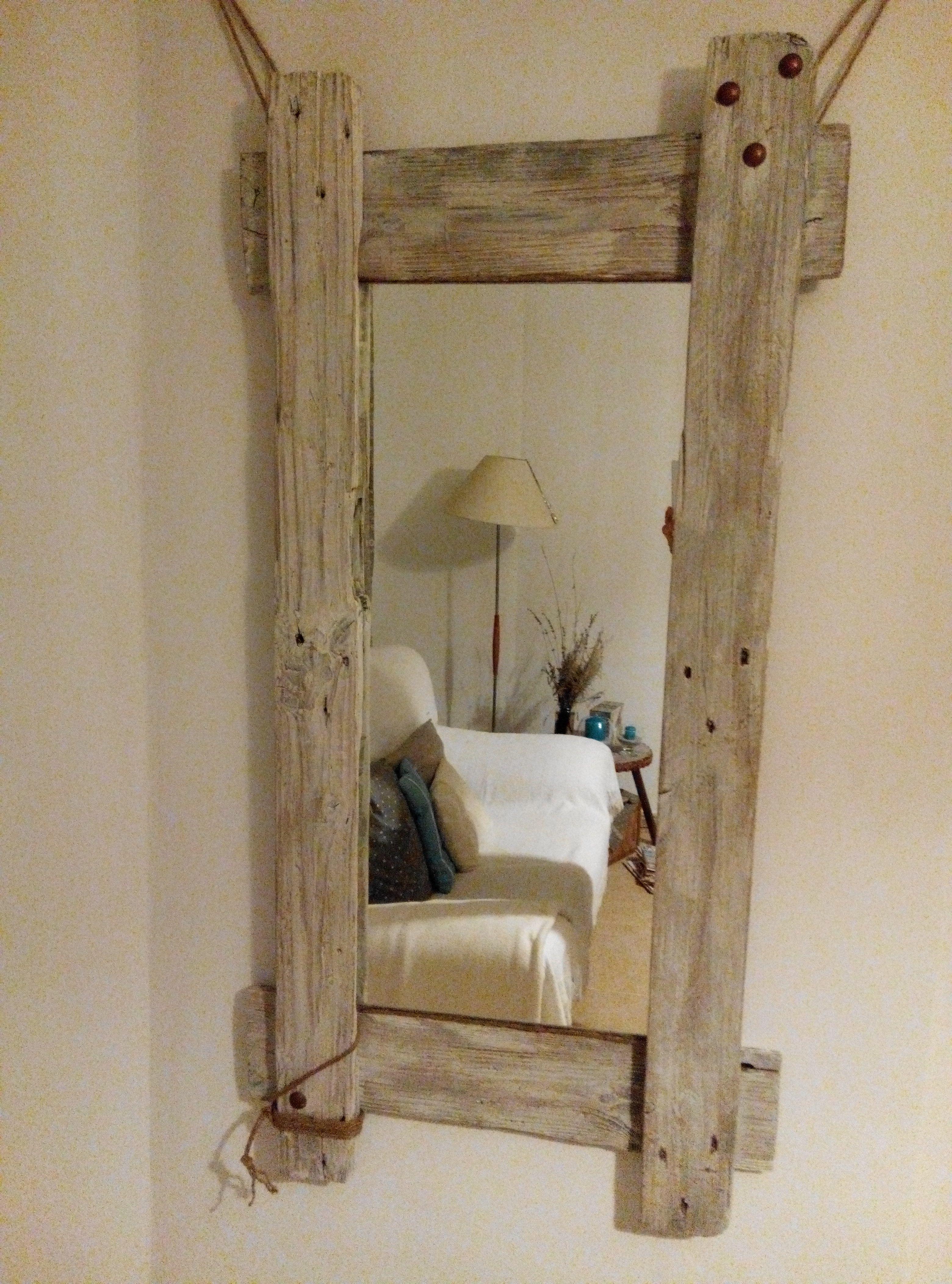 Elegante marco para espejo de palet con tachuelas y cuerda de cañamo ...
