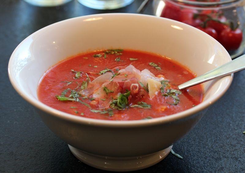 Tomatsuppe med pasta, skinke og parmesan | TRINEs MATblogg
